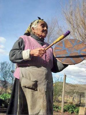 Шаманка Мачи играет на классическом шаманском барабане культун, kultrún
